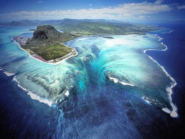 شلال تحت الماء بجزيرة موريشيوس يجعلها من أجمل الأماكن على وجه الأرض