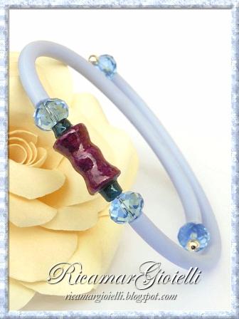 Bracciale con perle di carta, caucciù e rondelle di cristallo
