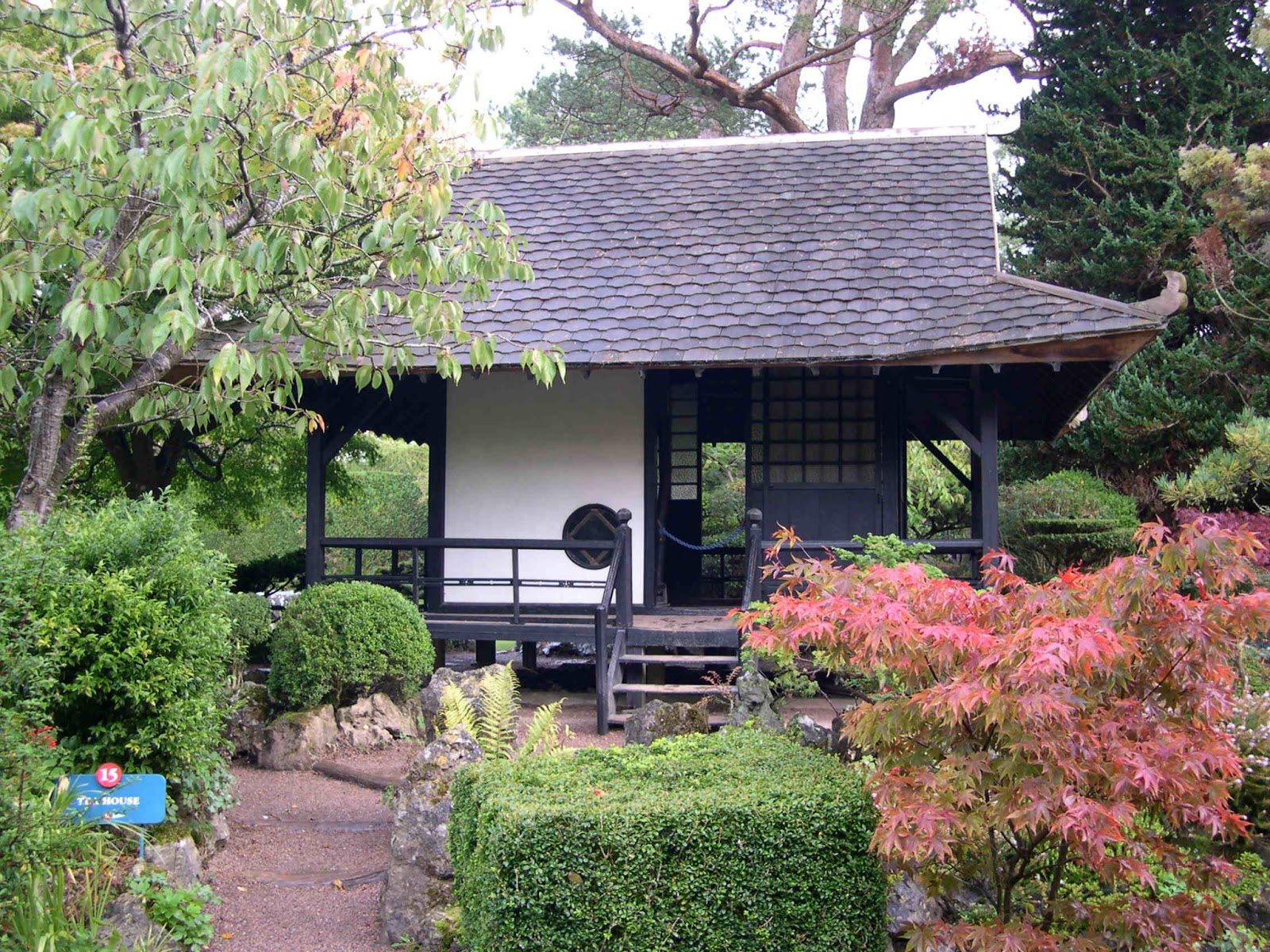 Japanese zen garden japanese tea house for Japanese house garden