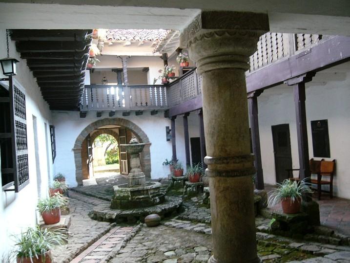 Collar de mbar balcones azulejos patios centrales y - Fuentes de patio ...