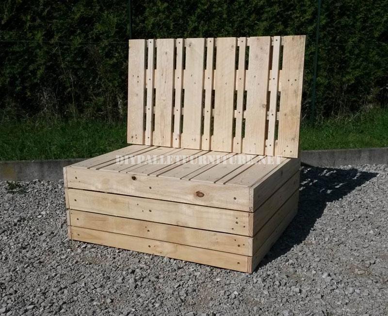 sillones y mesa exterior con palets
