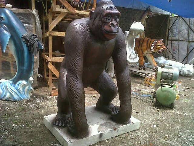patung gorilla