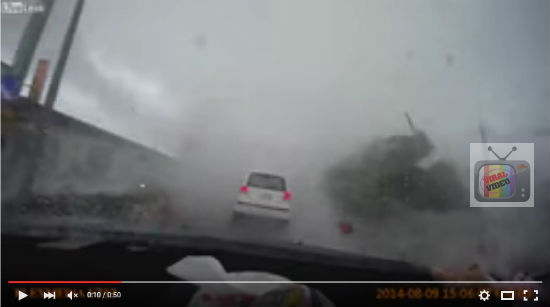 Video Kereta Di Sedut Taufan, Pemandu Selamat Kerana Sempat Keluar