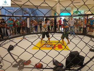 Lutadores do Crajubar Fight em demonstração no Cariri Garden Shopping.