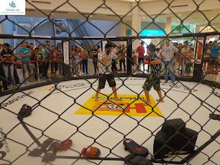 Lutadores do Crajubar Fight em demonstração no Cariri Garden Shopping.
