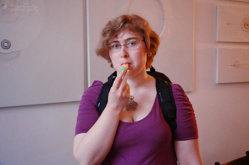 urodzinowe spotkanie Geek Girls Carrots Łódź, kobieta jedzaca ciasteczko marchewkowe