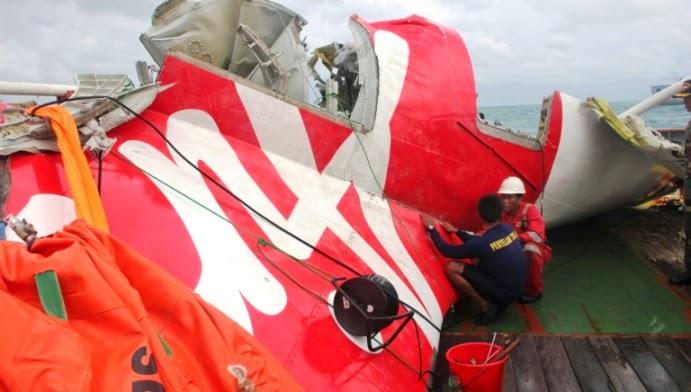 Serpihan terbesar rangka pesawat AirAsia QZ8501 berjaya dibawa naik
