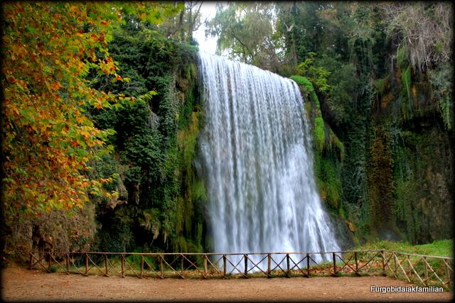 Furgo bidaiak familian monasterio de piedra mucho m s que for Cascadas de piedra para jardin