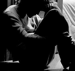 Hình ảnh người đàn ông yếu đuối ngồi khóc