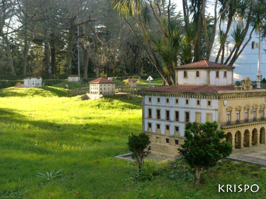 varios edificios en miniaturas en el parque de miramon de san sebastian