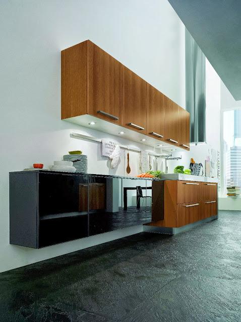Cuisine moderne bois et verre brillant avec spots carrés sous les meubles hauts et plan de travail épais en inox