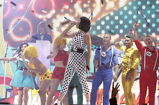 Katy Perry in 50' inspired polka dot outfit