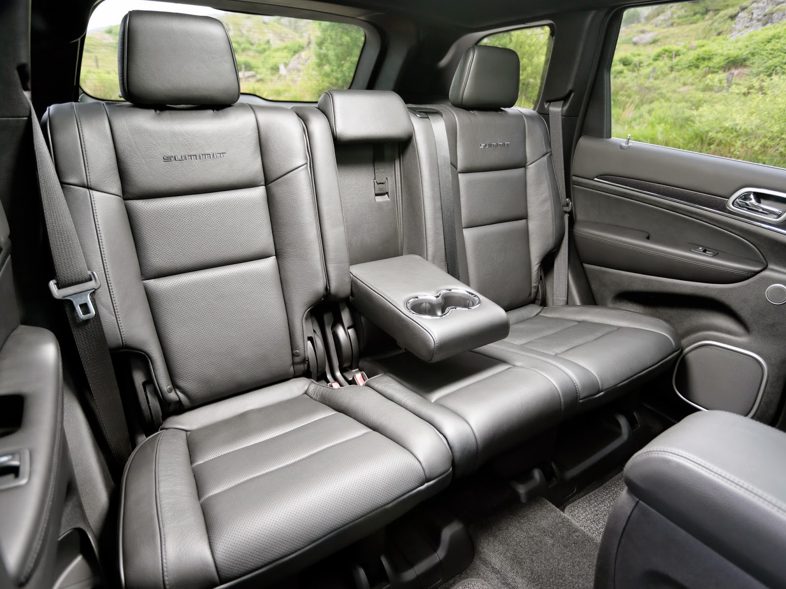 best car review 13 jeep grand cherokee refined rugged. Black Bedroom Furniture Sets. Home Design Ideas