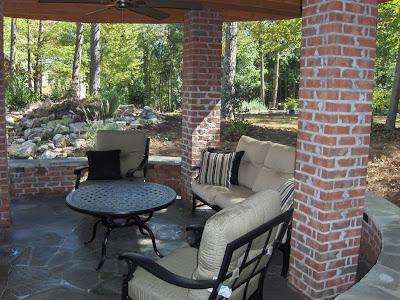 Patio grande con chimenena cocina y tarima de madera for Cocinas para patios