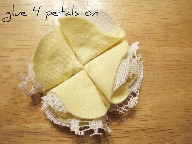 Keempat: Kemudian lekatkan pada dasaran kain flanel dengan lem