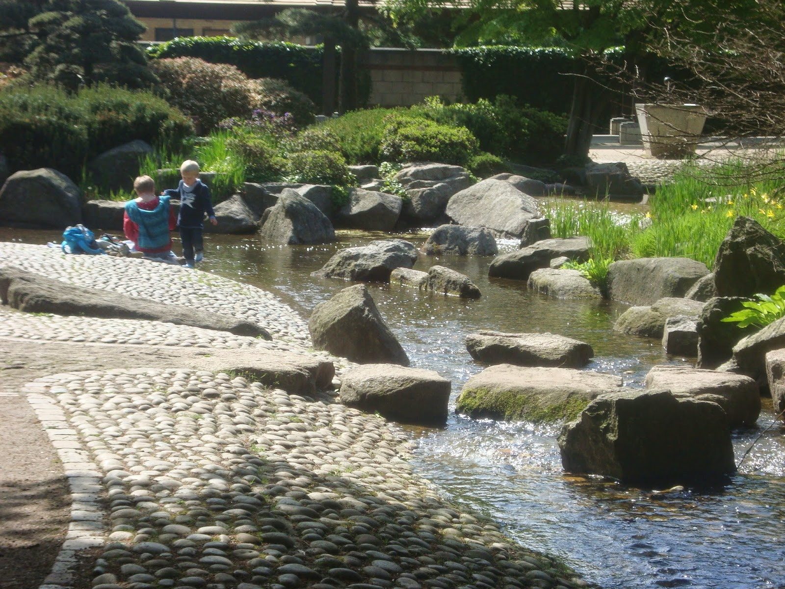 Ρυακια απο διαφορα υλικα διασχιζουν τον Ιαπονικό κήπο