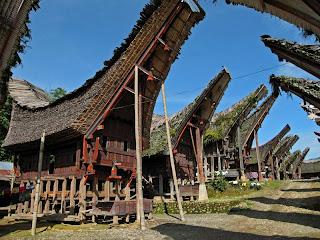 rumah adat tongkonan sulawesi selatan indonesia