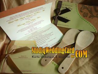 http://www.shidiqweddingcard.com/2016/01/paket-undangan-df-007-dan-souvenir.html