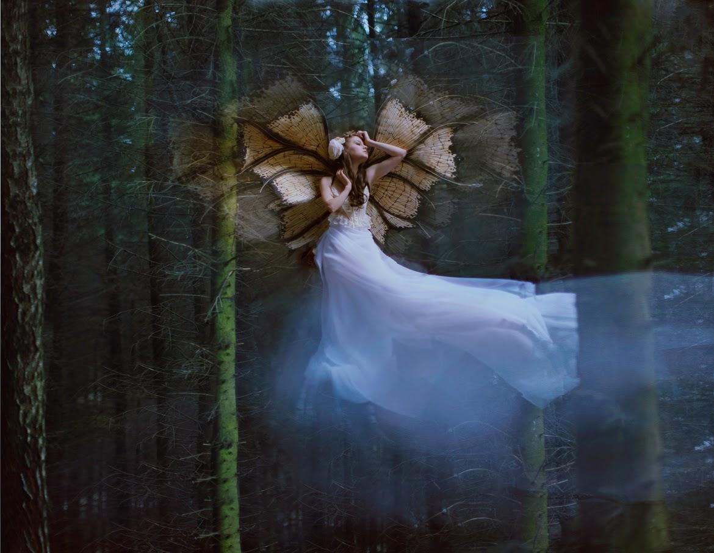 photo de Katerina Plotnikova d'une jeune femme planant avec des ailes de papillon