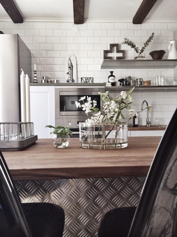 kök, köksö, industri, indsutriellt, indsutristil, inredning, köket, köksbilder, stumpastake, kvistar från äppelträdet, fredagsblommor, blommor, växter, grönt, inredningsblogg, blogg, bloggar, vitt, svart och vitt, vas äng, klong vas, vasen, vaser, plåt,