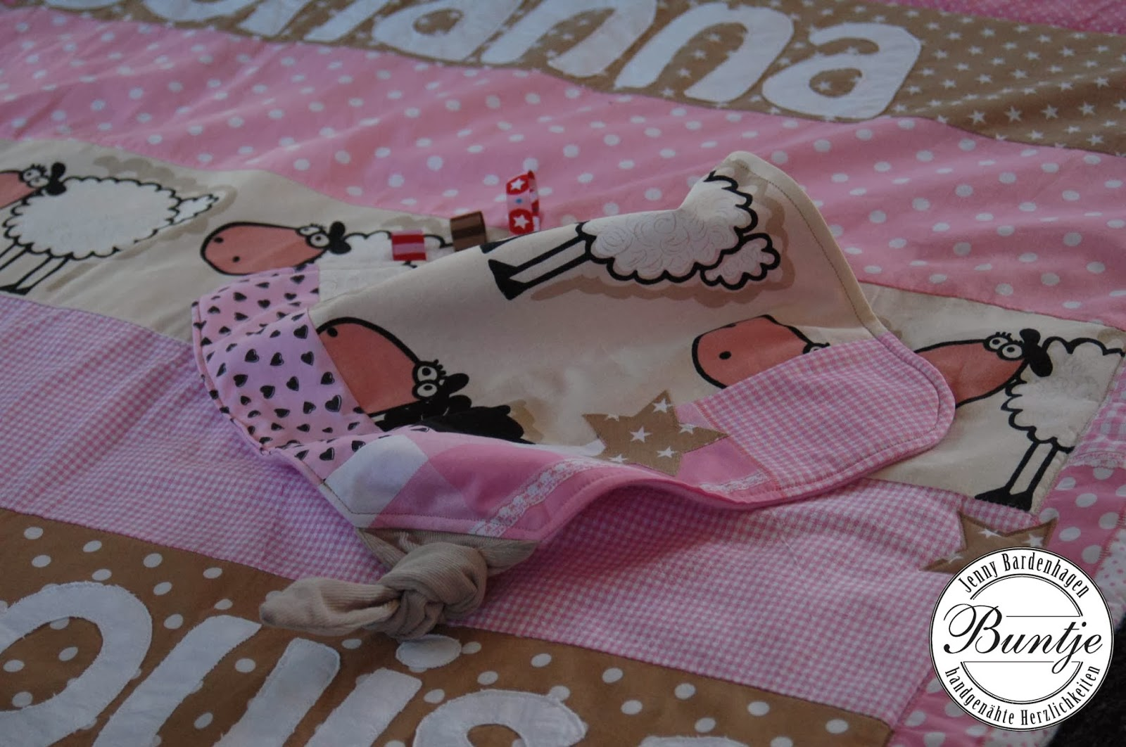 Krabbeldecke Decke Baby Kuscheldecke Babydecke Einschlagdecke Geschenk Geburt Taufe Name Mädchen rosa beige Schafe Baumwolle Fleece Tiere Tasche Alcantara Schnullertäschchen Schnuffeltuch Kuscheltuch nähen handmade Buntje individuell