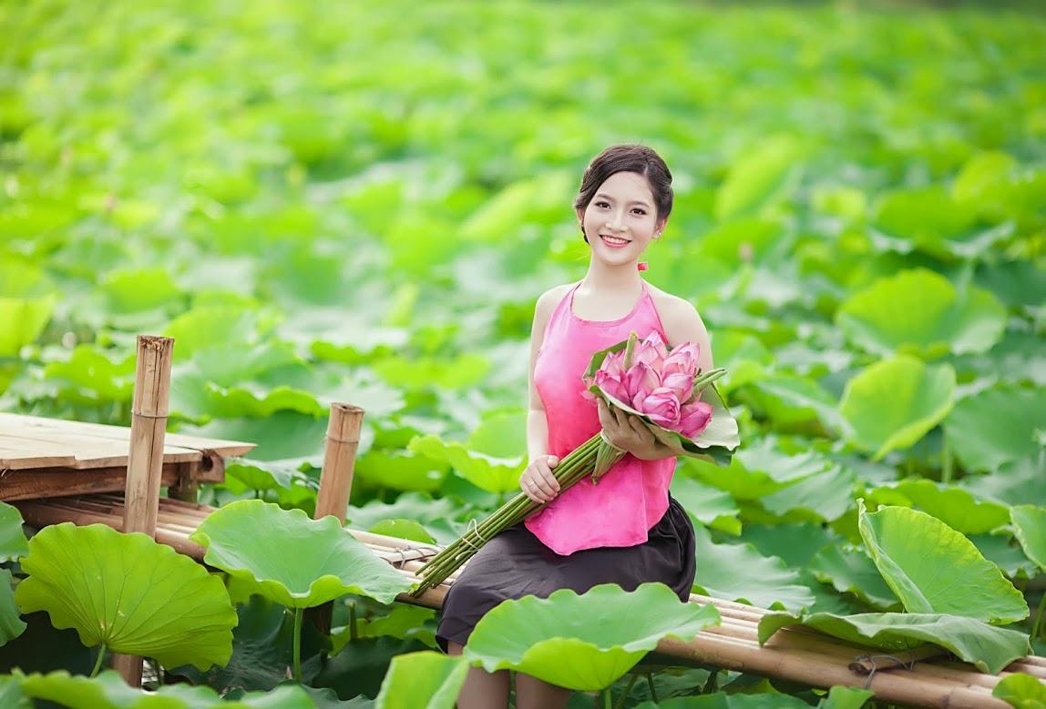 Girl xinh với áo yếm xưa bên hồ sen Phấn 1 9