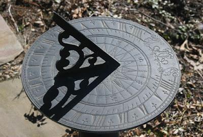 كيف تم تحديد اتجاه عقارب الساعة بالشكل الذي نعرفه؟ Sundial_2r.jpg