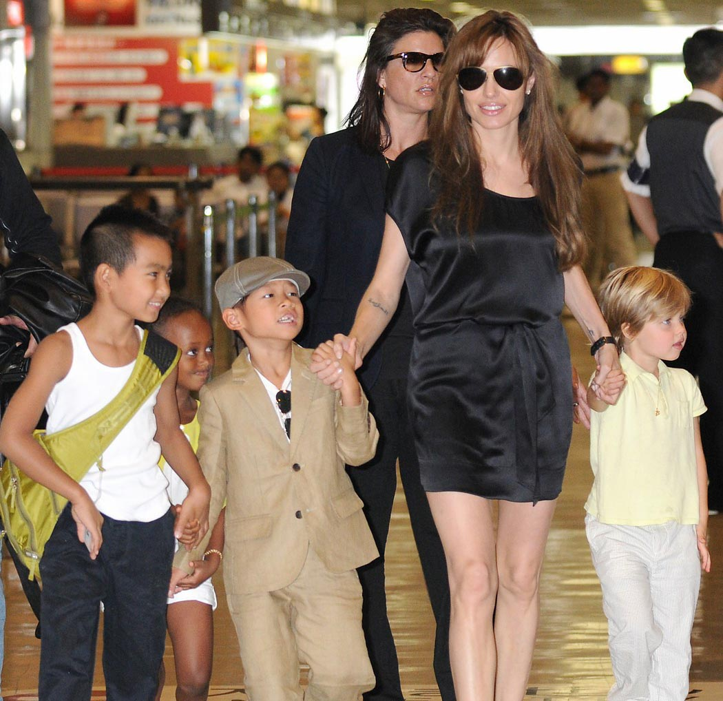 http://4.bp.blogspot.com/-WIlDWFzmsx8/TxpC6BHL7EI/AAAAAAAAAfc/cxWS6891TUI/s1600/Angelina-Jolie-and-Kids-in-Japan.jpg