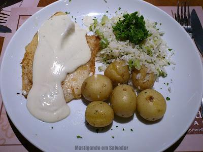 Tortarelli Café: Peixe Branco com Molho Gorgonzola, Arroz de Brócolis e Batatas assadas