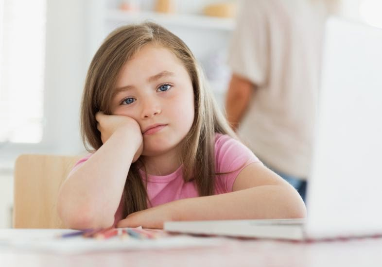Resultado de imagem para criança desanimada