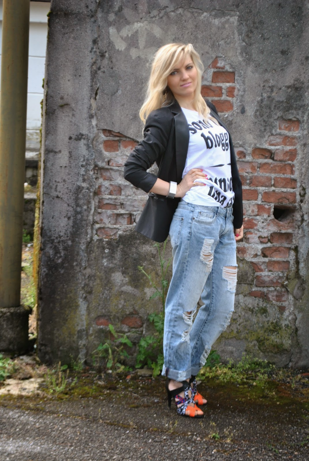outfit boyfriend ripped jeans outfit tshirt outfit giacca nera mariafelicia magno colorblock by felym mariafelicia magno fashion blogger outfit primaverili donna jeans e tacchi tshirt happiness giacca reverse nera sandali etnici come abbianre la giacca nera come abbinare i boyfirend jeans abbianmenti boyfriend jeans pimkie blogger italiane di moda milano fashion blog italiani ragazze bionde girl italian girl fashion bloggers italy how to wear boyfriend ripped jeans black blazer jeans and heels blondie girls fashion bloggers italy