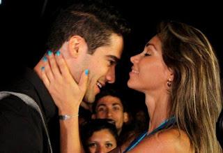 Guty Carrera reciendo un beso en la frente de Melissa Loza