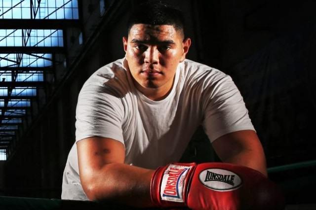 Le Boxer Willis Meehan demande à l' arbitre d'arrêter le combattre par souci pour son adversaire