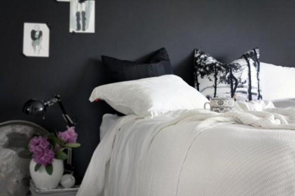Desain kamar tidur utama dengan dinding hitam
