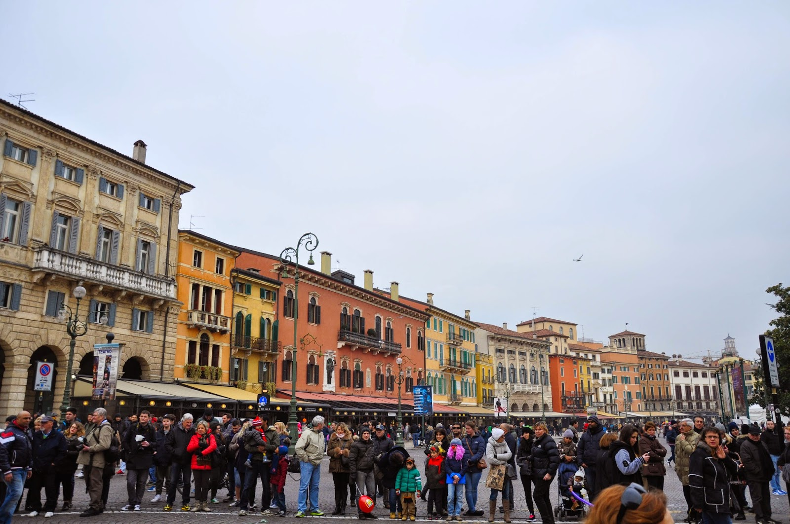 A crowd starts to form at the top of Piazza Bra, waiting for the parade to start