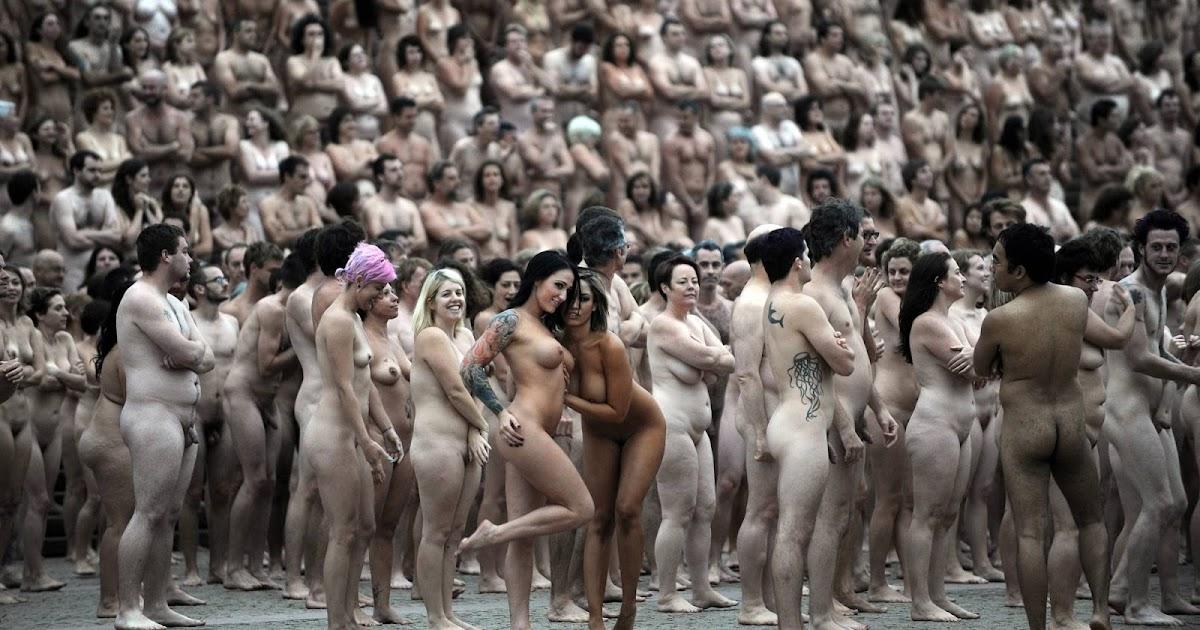 Толпа Нудистов