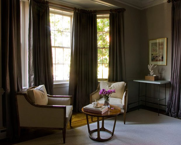Creating a space with whites neutrals and dark accents - Couleur rideau avec mur gris ...