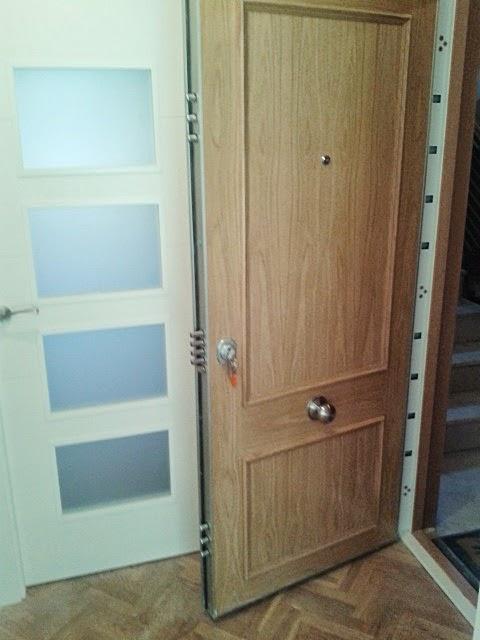 Remodelacion vivienda con armarios abatibles lacados y for Cristales para puertas de paso