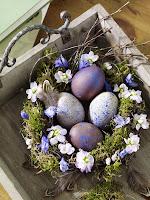 Великденска декорация за дома с венец от цветя и яйца