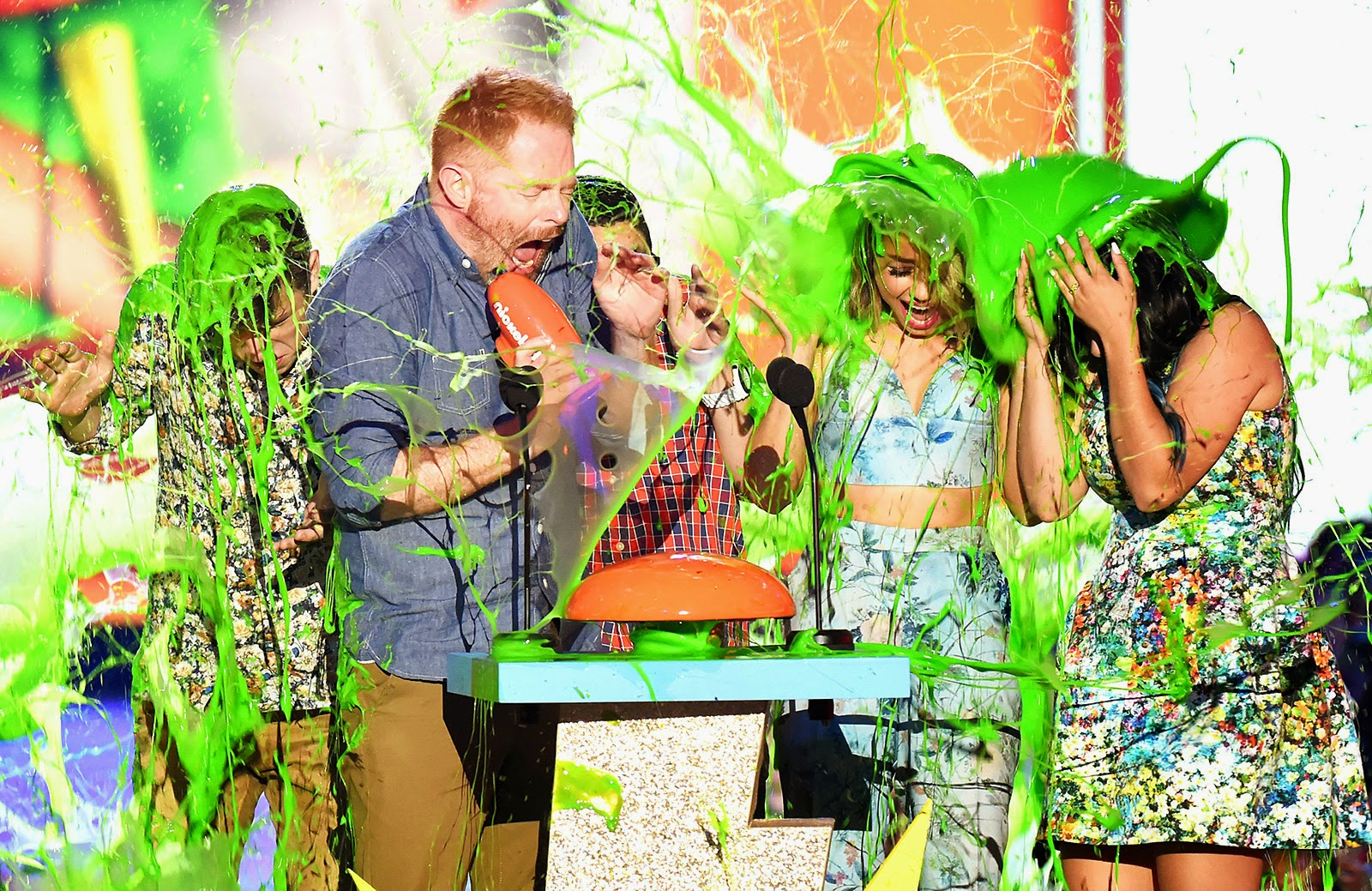 Sarah Hyland gets slimed at the 2015 Nickeldeon Kids' Choice Awards