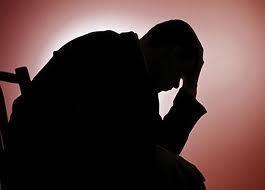 احذر أشهر 10 أوهام لزيادة القدرة الجنسية - رجل حزين مكتئب