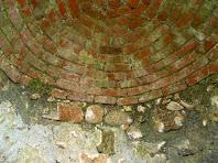 Interior de la cúpula del pou, tancada amb maons