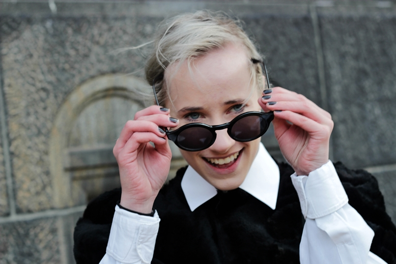 cille sunglasses, cille blogger black and blurry, laughing, streetstyle copenhagen fashion week