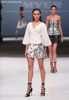 صور الاسترالية راشيل فينش خلال عرض أزياء في سيدني
