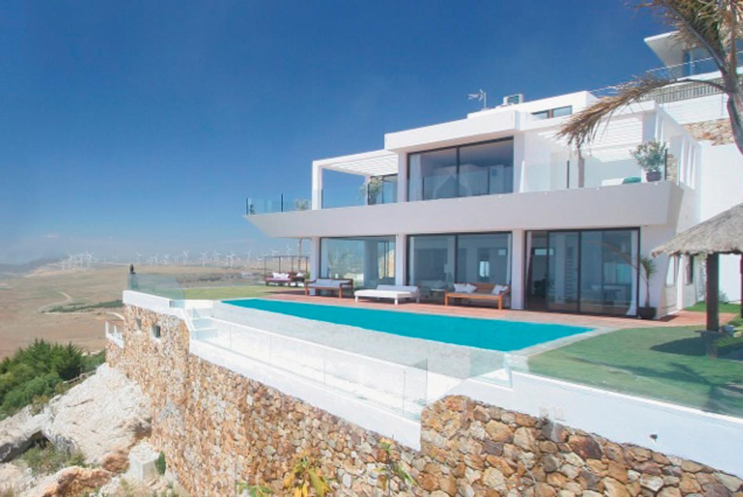 Con vistas al mar fashion south for Casas con piscina zahara delos atunes
