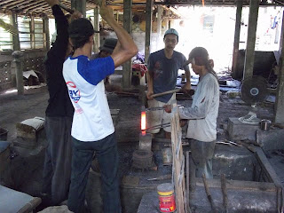 proses penempaan besi pande besi