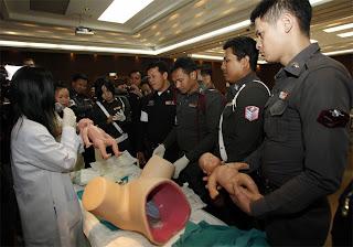 Thaise agenten oefenen op rubberen bekken...