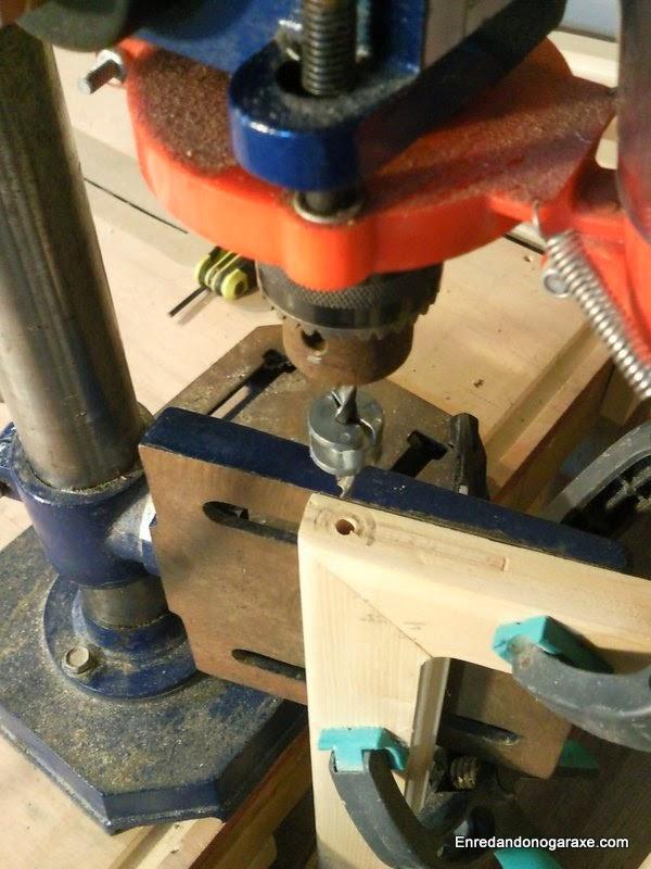 Taladrando los agujeros para los ejes utilizando la mesa del taladro de columna en vertical. Enredandonogaraxe.com