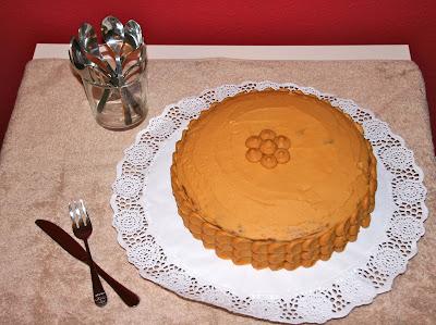 Pastís de nata i caramel amb decoració senzilla