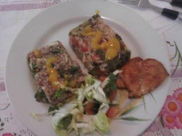 almoço:arroz com legumes tabule peito de frango salada